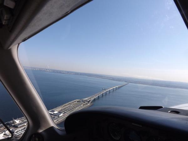 有名な千葉県と結ぶ海ほたる道路です。右に富津岬、その右が上記のり栽培写真です