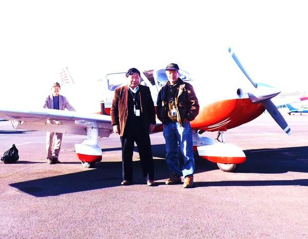 とみさんとパイロットとガイドさん、この軽飛行機で視察です。